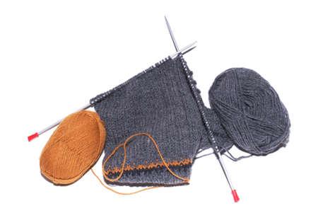 Grau und Orange Stricken Wolle auf einem wei�en Hintergrund