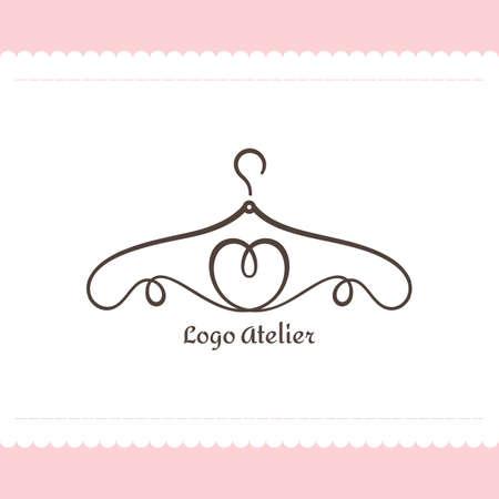 Atelier, boutique per matrimoni, negozio di abbigliamento femminile. Modello di vettore del marchio per lo stilista. Elemento per cucito e sartoria Studio. Appendiabiti da linee a forma di cuore