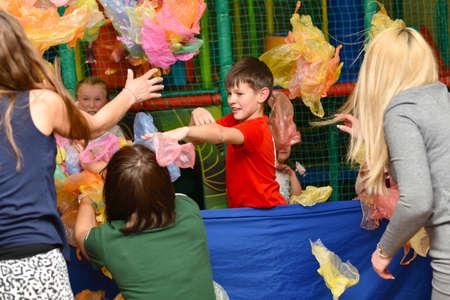 Un groupe d'enfants jouant avec leurs parents dans des jeux actifs lors d'une fête.