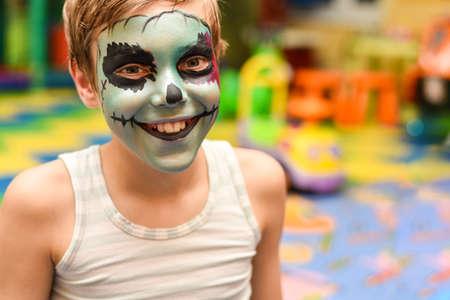 L'animateur peint le visage de l'enfant. Banque d'images