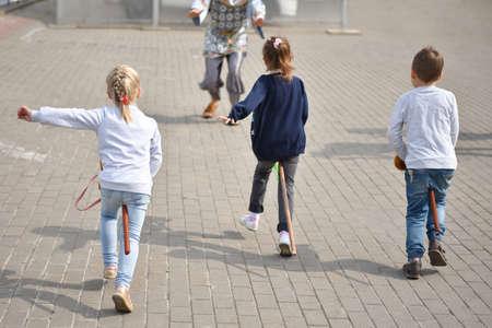 Children playing catch-up in the city. Zdjęcie Seryjne