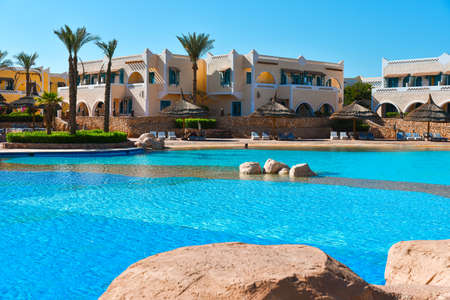 Territory of a luxury Egyptian hotel with a swimming pool. Редакционное
