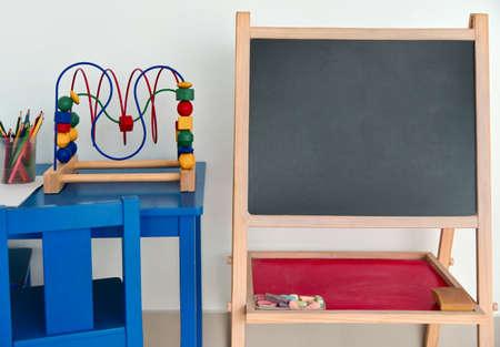 Pizarra pizarra preescolar en la habitación de los niños, copyspace. Foto de archivo