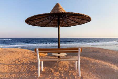 海のそばのベンチ