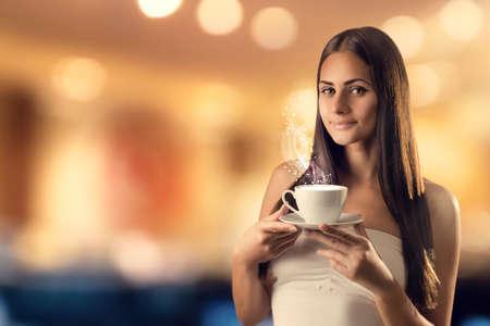 魔法の光をハエからカップを持つ少女