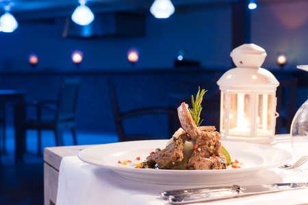 仔羊のグリル ロースト野菜皿の上。レストランで夕食。
