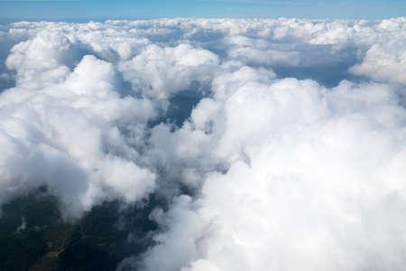 飛行機からふわふわの雲と空の素晴らしい景色