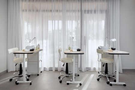 マニキュア用の 3 台のワークステーションと美容室エリア