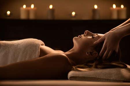 Junge Frau genießt Massage in einem Luxus-Spa-Resort Standard-Bild