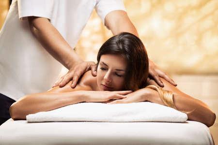 Das Mädchen entspannt sich in einem Spa-Salon und bekommt Massage Standard-Bild