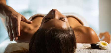 Das Mädchen entspannt sich im Spa und bekommt Massage Standard-Bild - 75449516