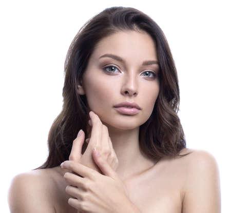 Schönheit BADEKURORT-Frau mit perfektem Hautporträt. Rührende Backe des herrlichen Brunette. Gesichtsbehandlung und Cosmetology-Konzept.