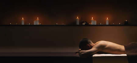 Man relaxes at SPA. Calm, pacifying atmosphere around. Standard-Bild - 131556554