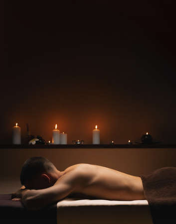 Man relaxes at SPA. Calm, pacifying atmosphere around. Standard-Bild