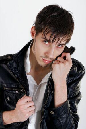 stílus: Vonzó fiatal férfi fekete bőrkabát