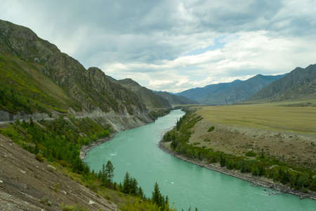 The turquoise river of the Katun in the mountains of the Altai 版權商用圖片