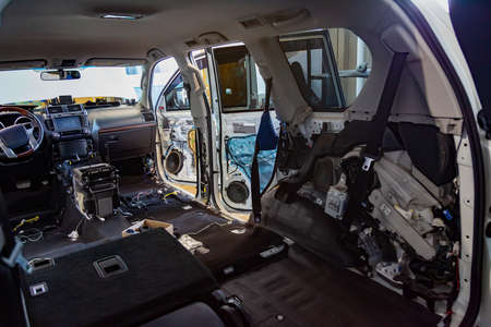The interior of the SUV inside is completely disassembled, the seats are removed, the flooring and interior are replaced, soundproofing is installed, door panels and trim are missing.