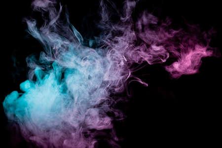 Arrière-plan coloré avec des nuages de fumée sinueux provenant de motifs de différentes formes de couleurs roses, vertes et bleues avec des langues de flammes sur fond noir isolé. Imprimer pour t-shirt.