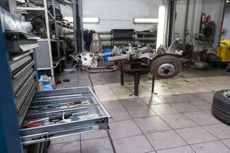 Estante de cajón abierto con herramientas para reparación y mantenimiento de vehículos en un taller de reparación de automóviles. Industria de servicios automotrices. Foto de archivo
