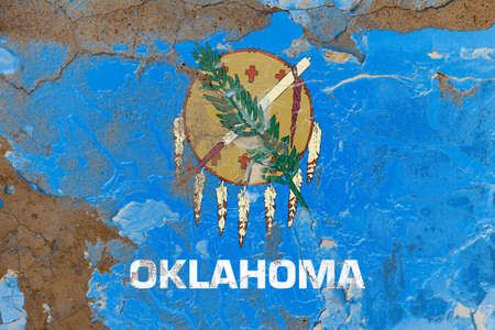 Oklahoma grunge, damaged, scratch, old style state flag on wall. Foto de archivo - 130758070