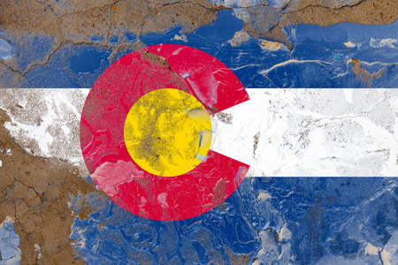 Colorado grunge, damaged, scratch, old style state flag on wall. Foto de archivo - 130758083