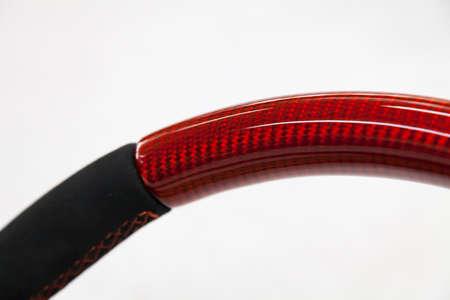 La parte de dirección desmontada antes de la instalación del equipo es una rueda de fibra de carbono alutex naranja con cuero genuino suave y afinación, cosida con un hilo de contraste.