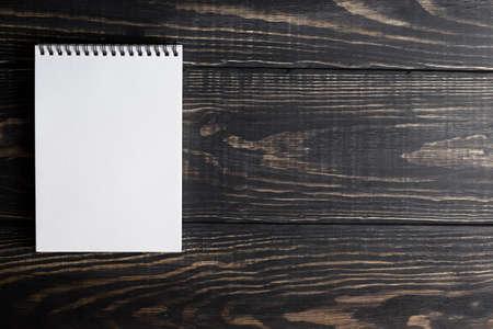 hoja en blanco: cuadernos blancos sobre un fondo de madera con luz de día Foto de archivo