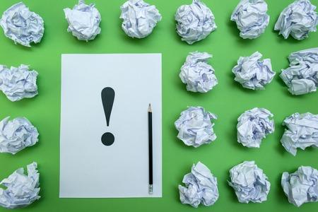 signo de admiracion: bolas de papel arrugadas y hoja de papel con signo de exclamaci�n