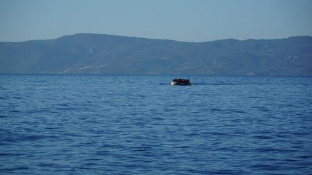 Boot mit Flüchtlingen schwimmt zum Ufer
