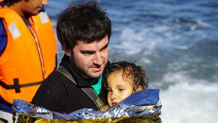 Die Kinder werden aus dem Boot gezogen.