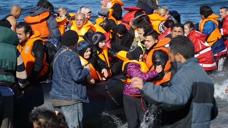 Refugees from newly arrived boats 에디토리얼
