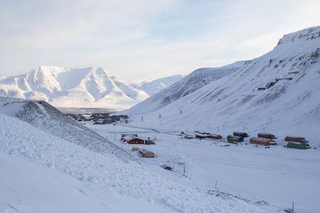 Draufsicht. Die Stadt ist umgeben von Bergen. Longyearbyen, Spitsbergen Svalbard. Norwegen Lizenzfreie Bilder