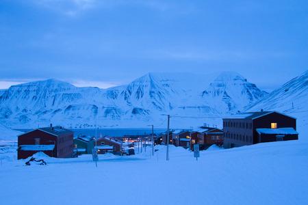 Ansicht von Longyearbyen während der Polarnacht im März. Spitsbergen Svalbard. Norwegen