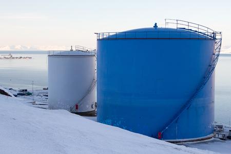 Die Kraftstofftanks im Hafen von Longyearbyen, Spitzbergen Svalbard. Norwegen. Lizenzfreie Bilder