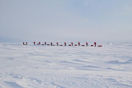 """Skifahrer gehen zum Nordpol aus russischen Eis Lager """"Barneo"""" liegt 40 km vom Nordpol entfernt. Die Strecke wird ca. 2 Wochen dauern. März 2015."""