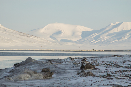 Bucht. Berge im Hintergrund in der Nähe von Longyearbyen, Spitzbergen Svalbard. Norwegen