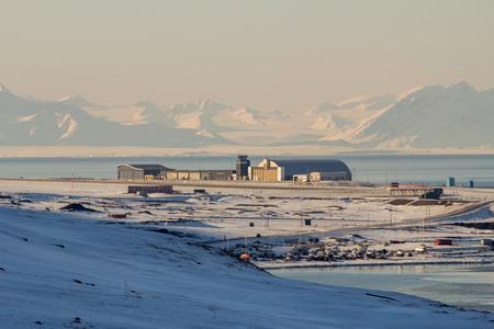 Longyearbyen Flughafen, Spitsbergen Svalbard. Norwegen. Blick von den Bergen.