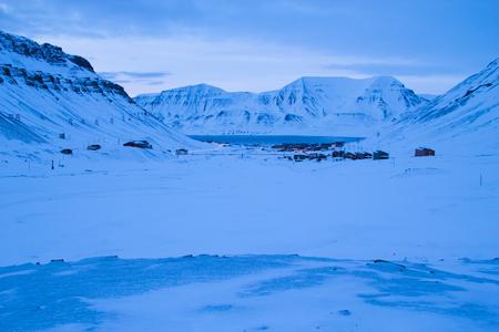 Ansicht von Longyearbyen aus den Bergen. Die polare Nacht im März. Spitsbergen Svalbard. Norwegen