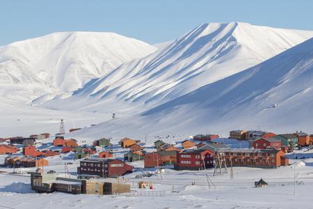 Die Stadt ist umgeben von Bergen. Longyearbyen, Spitsbergen Svalbard. Norwegen Lizenzfreie Bilder