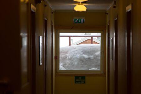 Schneebedeckte Fenster des Hotels in Longyearbyen, Spitzbergen Svalbard. März, noch viel Schnee.