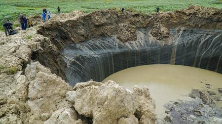 Jamal-Halbinsel, Russland - 18. Juni 2015: Hubschrauber Expedition in den riesigen Trichter unbekannter Herkunft. Krater Ansicht.