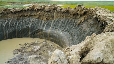 YAMAL PENINSULA, Rusia - 18 de junio, 2015: Helicóptero expedición al embudo gigante de origen desconocido. Vista del cráter.
