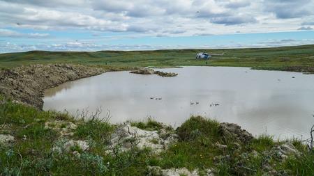 Jamal-Halbinsel, Russland - 18. Juni 2015: Hubschrauber Expedition in den riesigen Trichter unbekannter Herkunft. Der ehemalige Krater, der ein See geworden ist.