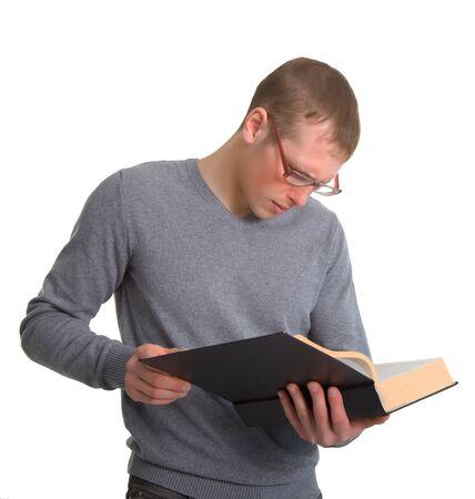 diligente: un hombre joven que lee un buen libro. Aislado sobre fondo blanco