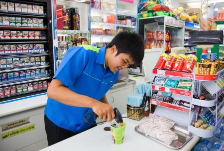 magasin: Vendu en magasin de la famille Mart.Thailand. Phuket. Patong Editeur