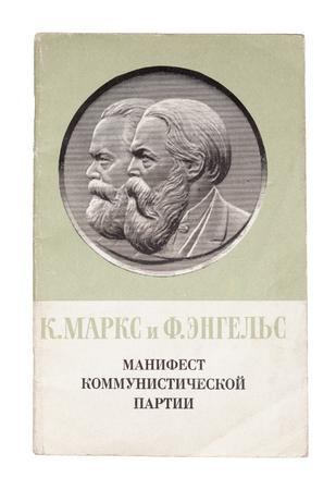 Pamphlet Manifest der Kommunistischen Partei in der UdSSR gedruckt zeigt ein Bild von Karl Marx und Friedrich Engels, circa 1968.