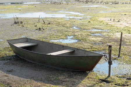 暑い夏の干ばつ水とボートのない乾燥した川