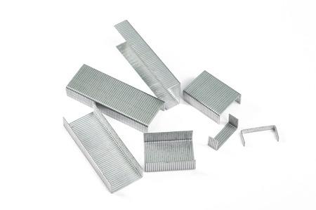 agrafes métalliques isolé sur fond blanc