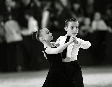 Bila Tserkva, Oekraïne. 22 februari 2013 Internationale open danssportcompetitie Stars of Ukraine 2013. Gelukkig jong dansend paar dans. Zwart en wit fotografie