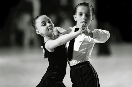 Bila Tserkva, Oekraïne. 22 februari 2013 Internationale open danssportcompetitie Stars of Ukraine 2013. Dansend paar kinderen. Zwart en wit fotografie